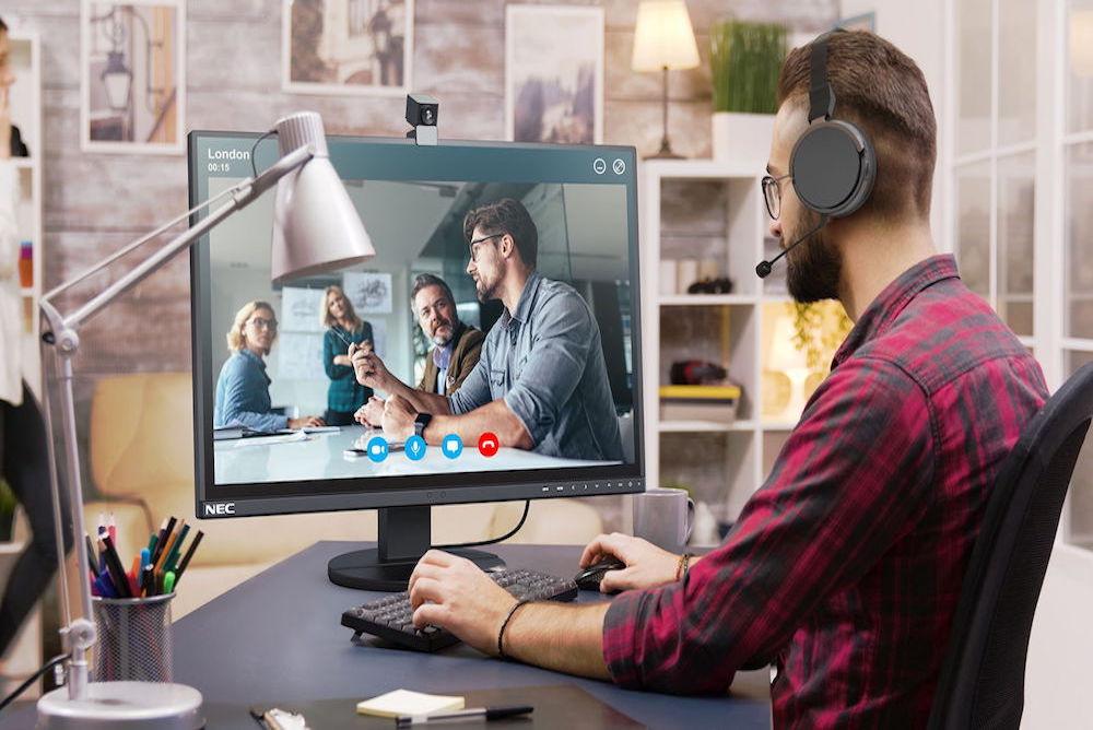 Sharp-NEC-Display-Solutions_NEC_ApplicationPicture_EA254WMi-2_Headset_Camera